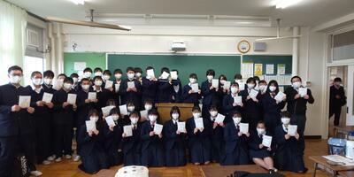 エアリズムマスクを手に笑顔の生徒たち